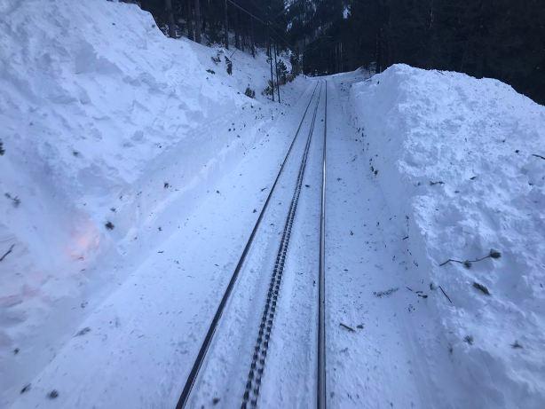 Imagen de la vía del cremallera que accede al Santuario de Núria y las pistas de esquí como único medio de transporte