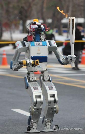 un robot humanoide de la sección de Daejeon de la empresa KAIST efectuó uno de los relevos de la antorcha olímpica