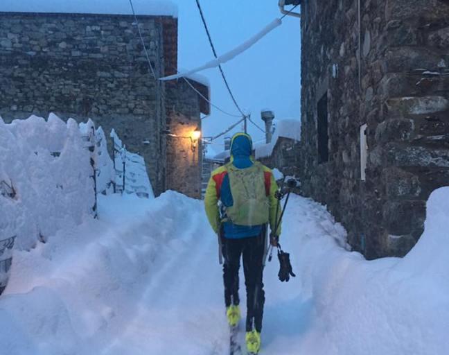 Una aficionado aprovecha la nieve en las calles de Setacases