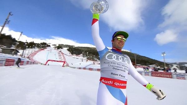 Beat Feuz muestra con orgullo el Globo de descenso, el primero de su trayectoria deportiva