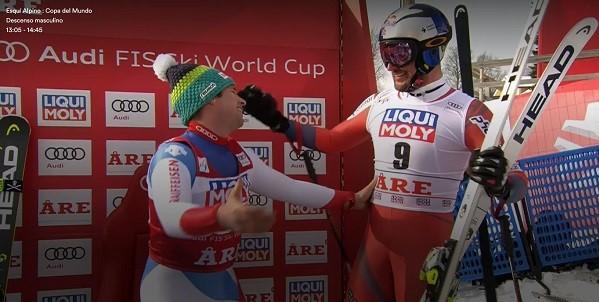 Beat Feuz y Aksel Lund Svindal se saludan deportivamente al término de la carrera