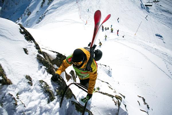 Un rider llegando a lo más alto de la cima