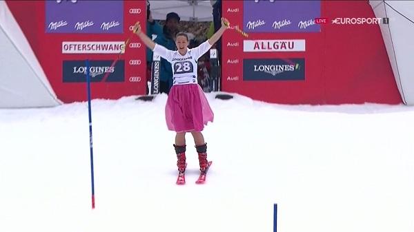 Michaela Kirchgasser se despidió de la competición haciendo la última bajada ataviada con un traje típico austriaco