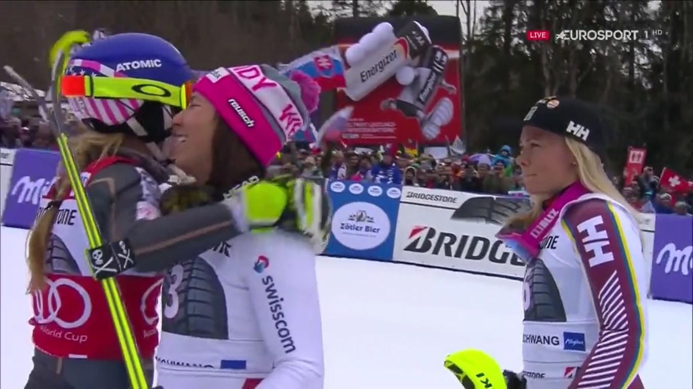 Mikaela Shiffrin recibe la felicitación de Wendy Holdener y Frida Hansdotter