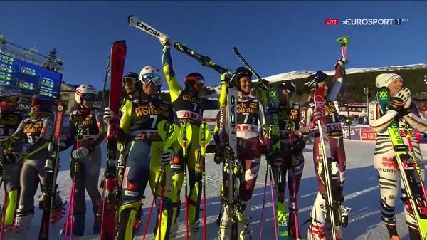 Los componentes del equipo sueco, en el podio tras haber ganado la final a Francia