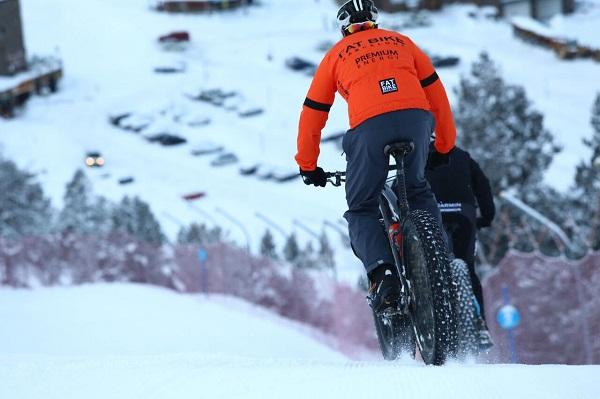 La snowbike permite disfrutar de la nieve sin dejar de dar pedales FOTO: Grandvalira