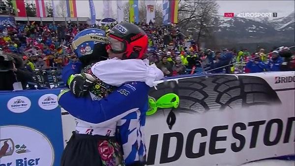 Veronika Velez Zuzulova recibe el abrazo de Mikaela Shiffrin en el slalom de Ofterschwang, su última carrera