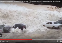 El vídeo se aprecia como la nieve atrapa y mueve los vehículos del parking