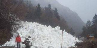 Un alud de nieve ha cortado la carretera de acceso al centro invernal de los llanos del Hospital
