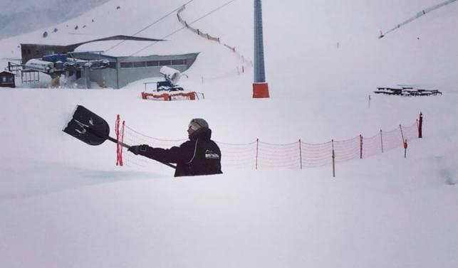 Un trabajador de Boí Tüll apartando la nieve para poder abrir pista