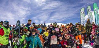 Regino Hernández, rodeado de niños de los clubes de la FADI durante su homenaje en Sierra Nevada FOTO: RFEDI