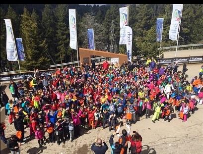 Foto de familia de la jornada final del Programa Esport Blanc Escolar en La Molina