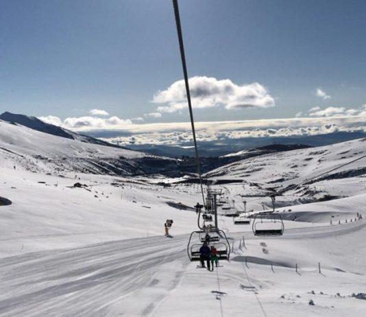 Una imagen de esquí en primavera muy blanca