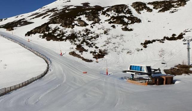 La nieve sigue sumando gruesos de hasta dos metros en las pistas de Leitariegos