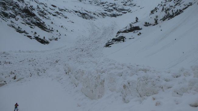 Impresionante avalancha en el Pla de l'Estany; el tamaño de la persona permite contrastar la cantidad de nieve caída. / CENMA. Jon Apodaka