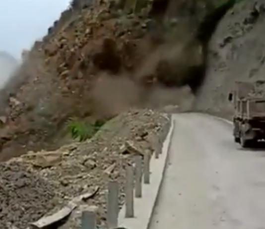 El corrimiento de tierras sepulta una carretera en Sichuan