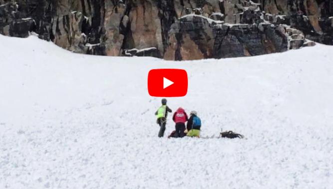 Momento del rescate de ambos esquiadores en Punta Suelza