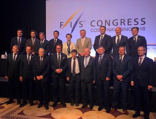 Eduardo Valenzuela (abajo a la derecha) posa junto a los miembros del Consejo de la FIS, máximo órgano federativo FOTO: ©RFEDI-Spainsnow
