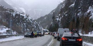 Control rutinario de la policía en la CG2 un día de nevada