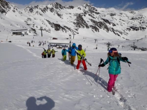 Unos esquiadores acceden a una de la palas de la estación