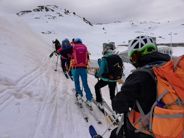 Las travesías de esquí de montaña requieren ir provistos de ARVA, pala y sonda