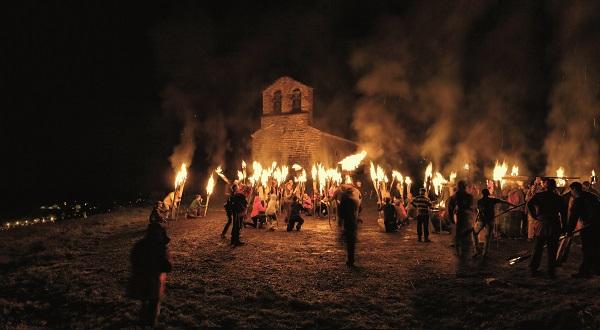 La fiesta tradicional de las Fallas, en la imagen la de Durro, celebra el solsticio de verano y supone el inicio de la temporada estival
