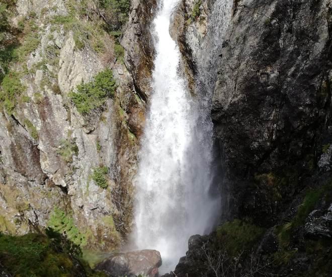 Salto de agua natural