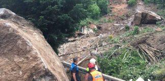 Las enormes piedras han destrozado las casas del municipio