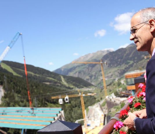 El jefe de Gobierno, Toni Martí, contempla el estado de las obras de construcción de la plataforma de Soldeu. / C.G. (ANA)