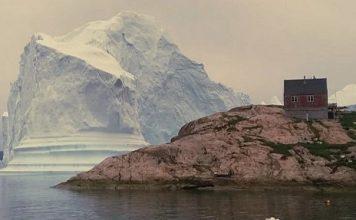 Un enorme iceberg ha turbado la tranquilidad de la isla de Innaarsuit, al oeste de Groenlandia. FOTO: Google
