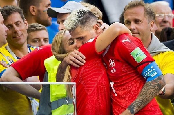 Lara Gut se abraza a Valon Behrami durante un partido del pasado Mundial de fútbol de Rusia