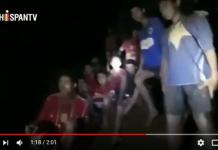 Imagen de los niños a la llegada de dos buzos hasta la cueva CRÉDITOS: HispanTV