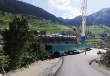 Las vigas de la plataforma de la pista andorrana han empezado a colocarse para cubrir la pasarela que pedía la FIS para albergar las finales de la Copa del Mundo 2019