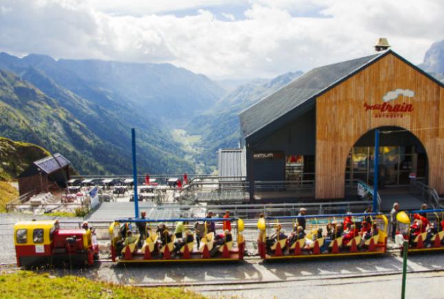 La salida del tren se ubica en la zona intermedia de las pistas de esquí