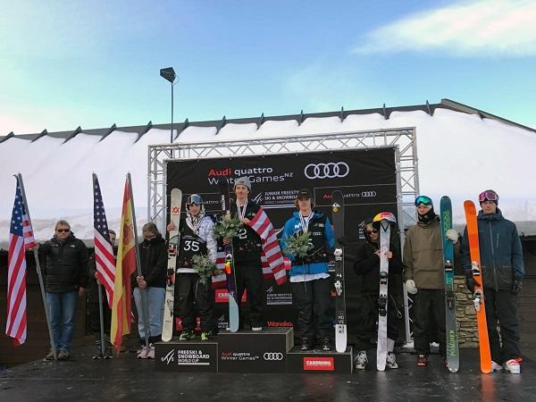 Thibault Magnin, en el podio junto a los estadounidenses Mac Forehand y Ryan Stevenson. FOTO: RFEDI Spainsnow