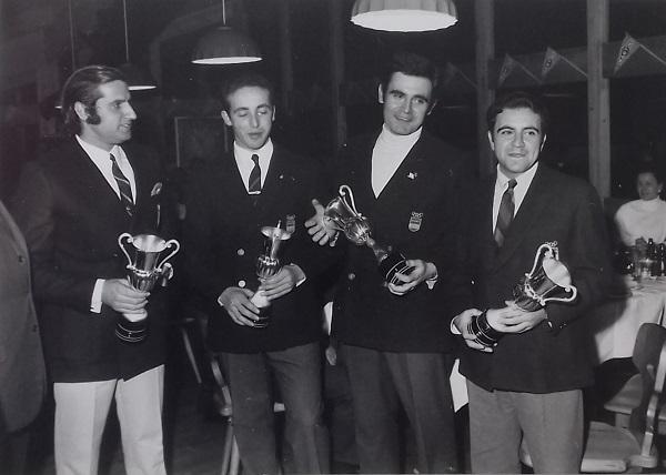 De izquierda a derecha, Satorre, Pérez de Vega, Rosal y Baturone, con la copa de subcampeones de Europa