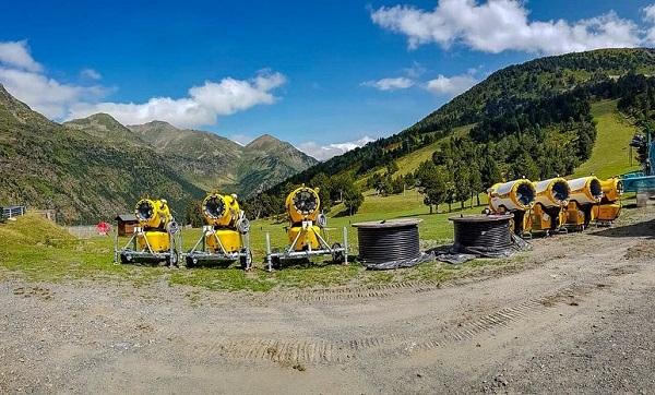 Este verano se ha trabajado en mejorar la red de cañones para el cultivo de la nievey en la instalación del telecabina de la Coma.