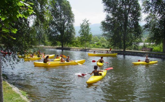 Las aguas tranquilas acogen cada día un grueso de deportistas atraídos por el deporte acuático