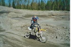 Kristoffersen, de niño, practicando motocross. FOTO: Husqvarna.com