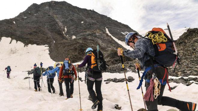 Un grupo de montañeros, en la 'vía real' del Montblanc. AFP