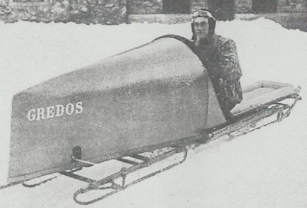 Ricardo Soriano piltando el Gredos, el bobsleigh de su creación y que ha sido la base de los modelos actuales FOTO: olimpismo2007 blogspot.com
