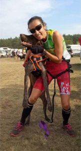 Olga Álvarez, bronce junto a su perro Luke. FOTO: RFEDI/Spainsnow