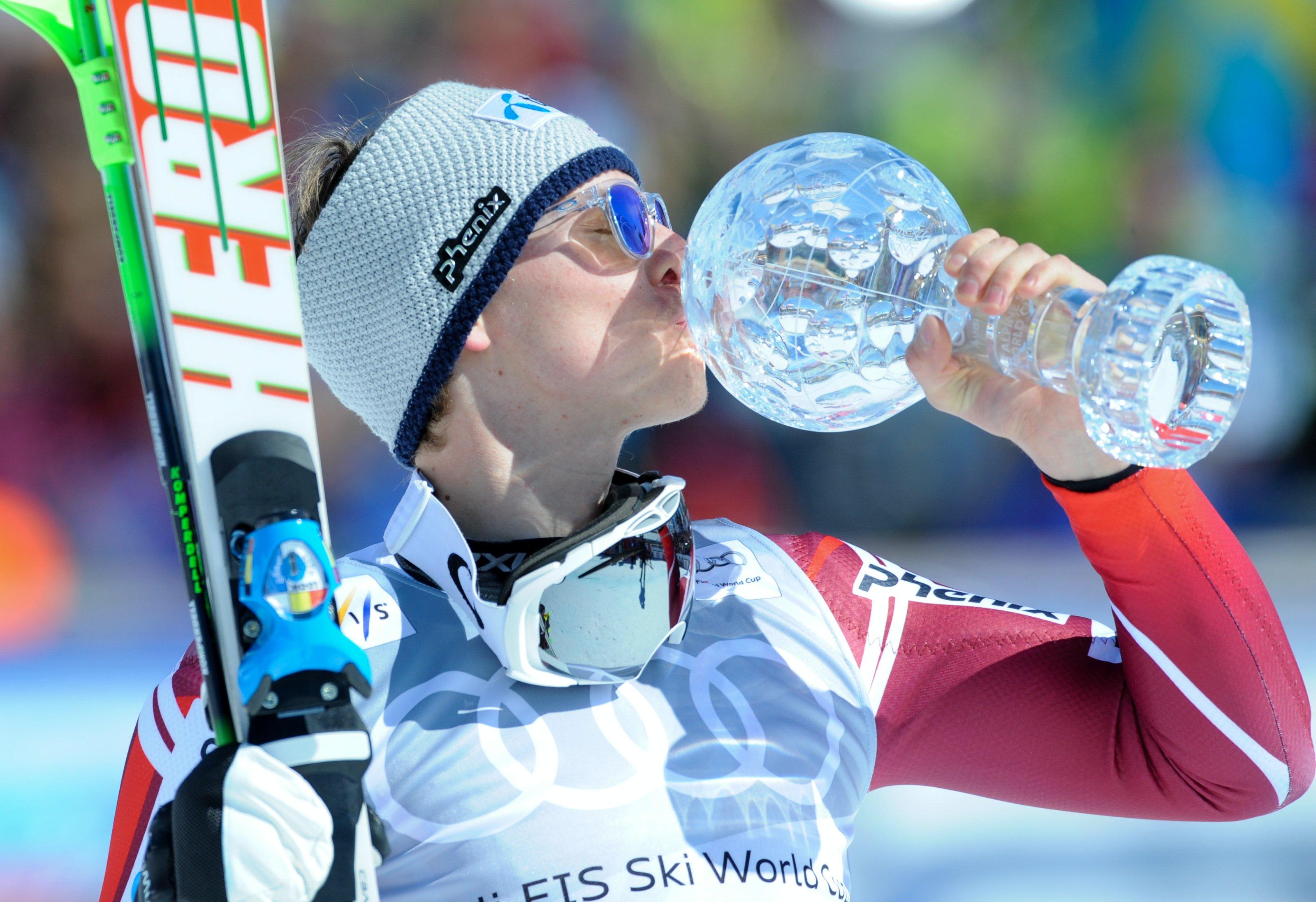 Henrik Kristoffersen con el único Globo que ha ganado, el de slalom 2016-2016. FOTO: Redbuell Content Pool