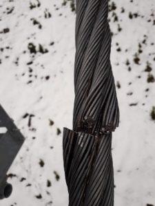 Detalle de uno de los cables cortados