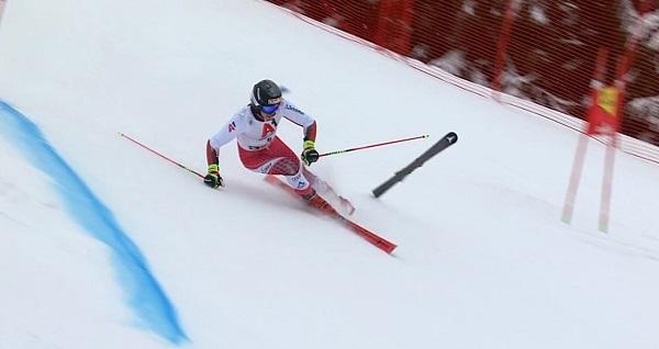 Manuel Feller lo tenía todo de cara para acabar en el podio pero ha acabado perdiendo un esquí.