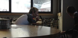 Stefan Luitz en el 'hospitality' de Beaver Creek inhalando oxígeno antes de la segunda manga. FOTO: Radio Télévision Suisse