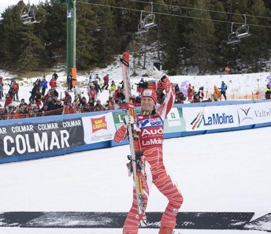 Tanja Poutiainen saluda tras ganar el gigante en La Molina