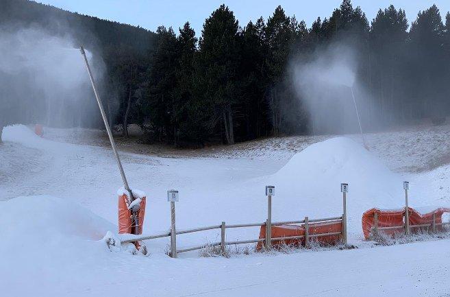 La Molina ha seguido fabricando nieve esta semana para ampliar el número de pistas de cara a Navidad
