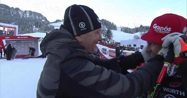 Sepp Ferstl, doble ganador en la Streif hace cuatro décadas, felicita a su hijo Josef tras confirmarse la victoria.