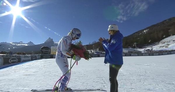 Pese al ramo de flores que le ha entregado Sofia Goggia, amarga despedida de Lindsey Vonn de Cortina d'Ampezzo.